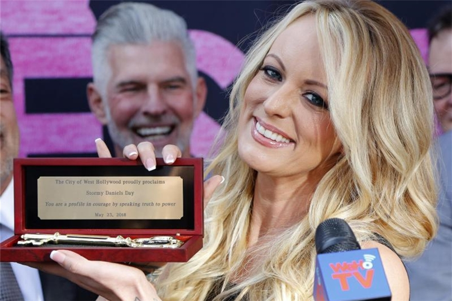 Pornostar Stormy Daniels in West Hollywood gefeiert