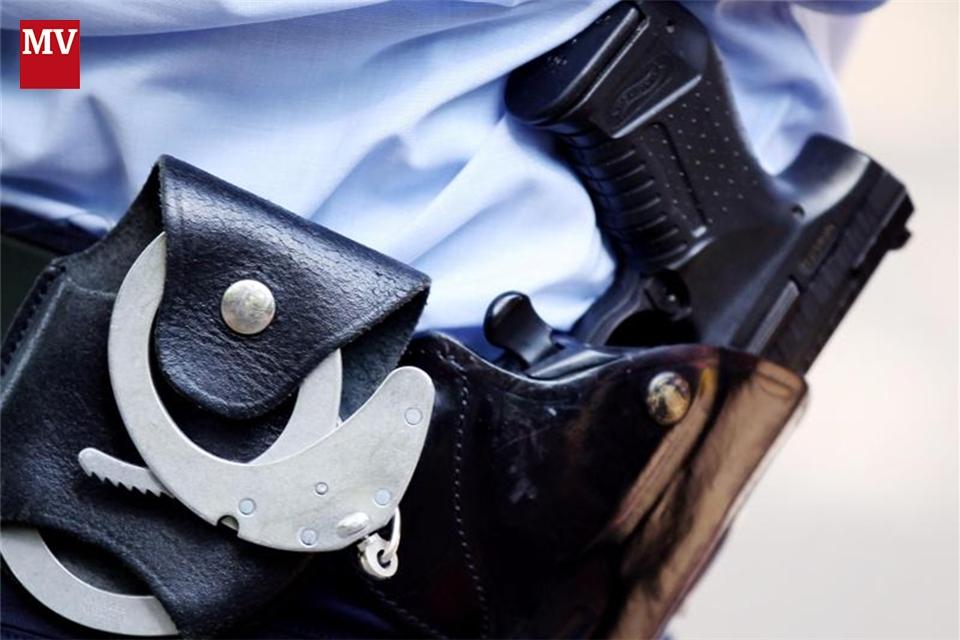 Polizist Schlägt Frau